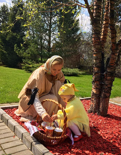 Татьяна Навка вместе с младшей дочкой Надеждой отправились в храм освящать пасхальные яйца и куличи