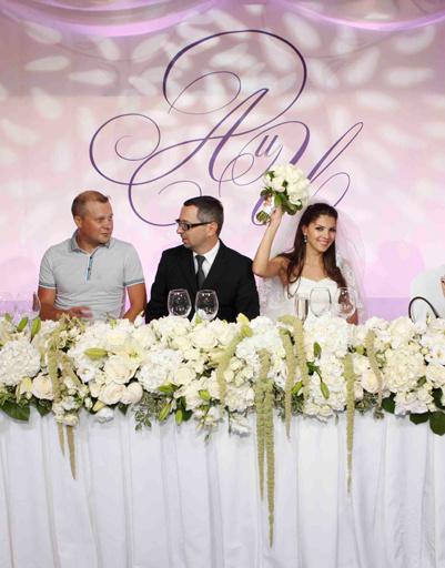 Зал украшал особый вензель, сплетенный из букв имен жениха и невесты