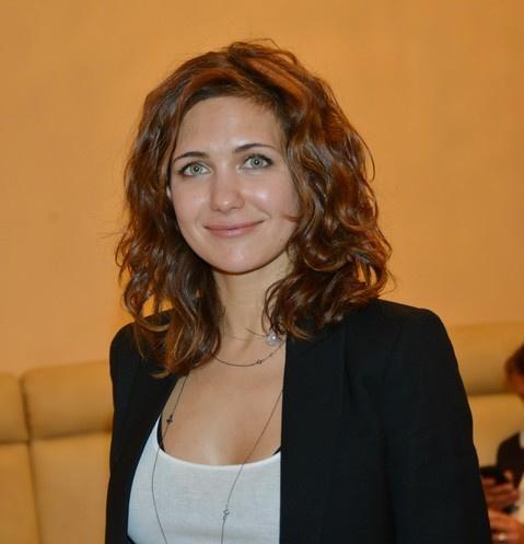 Екатерина Климова в белом купальнике встала на голову