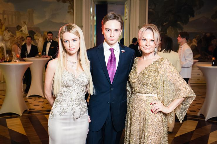 Милана с братом Владиславом и мамой