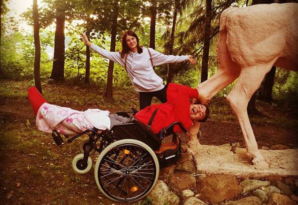 Полежайкин из «Папиных дочек» выписался из больницы, но пока не может ходить сам
