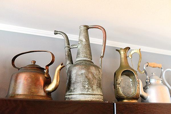 На специальной полке у артиста — часть коллекции чайников его мамы