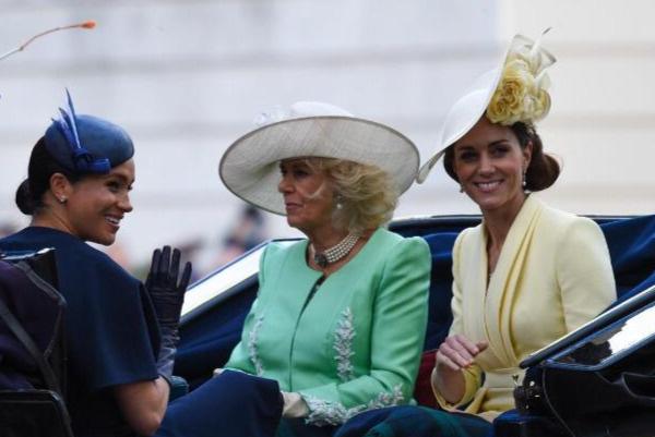 Королевская семья приехала в карете на парад