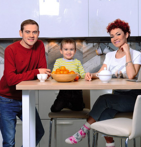 Кухня – место сбора всех домочадцев. На фото – с мужем Сергеем и сыном Мироном