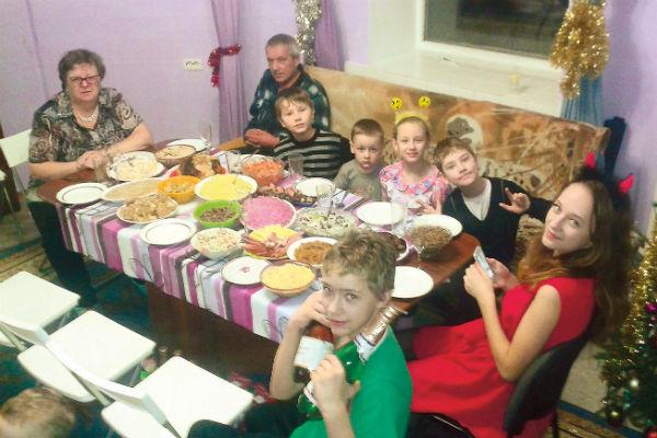 Родители Сергея поздравляют внуков с Новым годом