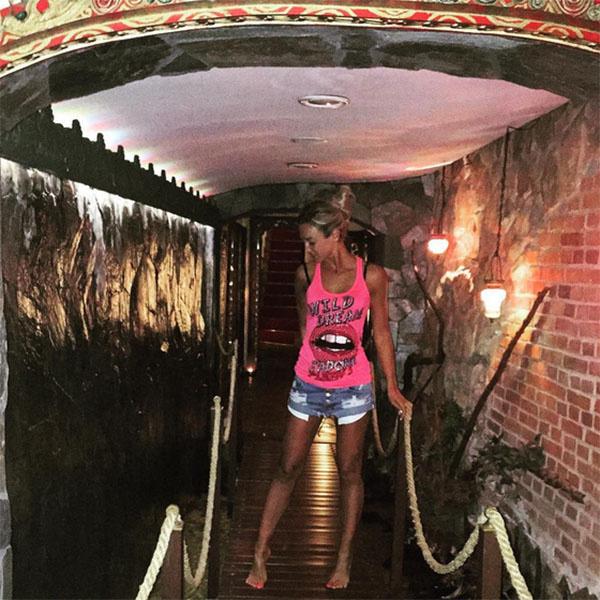 Сразу после приезда Ольга Бузова отправилась на экскурсию по отелю