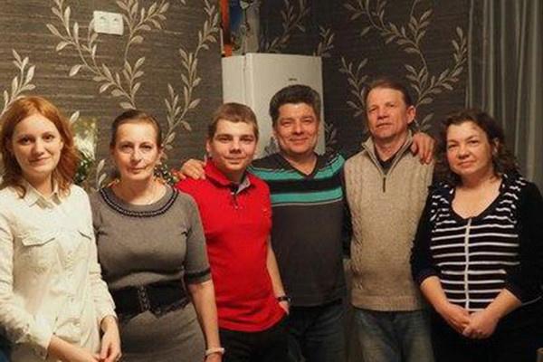 Родственники погибшего в ДТП Сергея Захарова (третий справа)