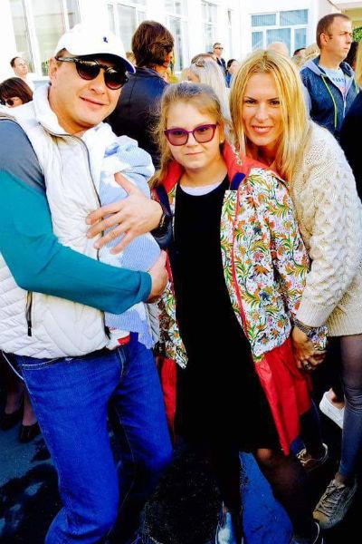 Марат Башаров и его супруга с детьми на линейке