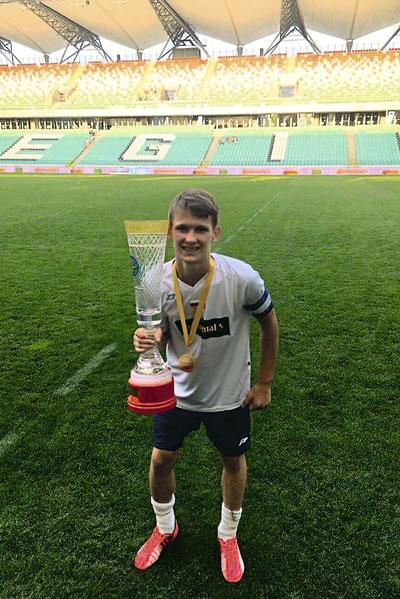 Павел Галкин, капитан команды, забил победный гол французам