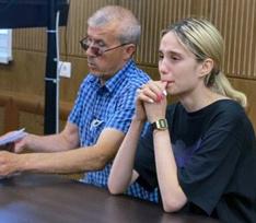 Рыдающую 18-летнюю автоледи, сбившую троих детей, доставили в суд – видео
