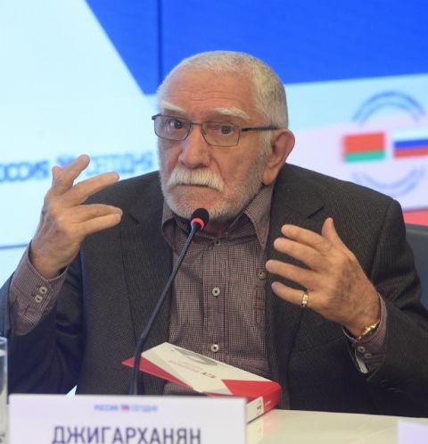 Армен Джигарханян попал в больницу из-за проблем с сердцем