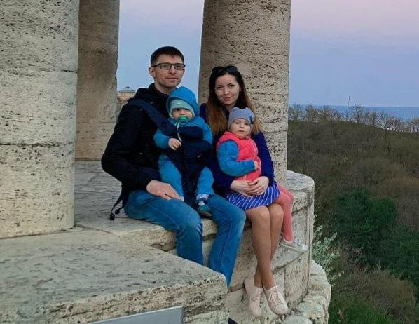Блогер воспитывает двоих детей