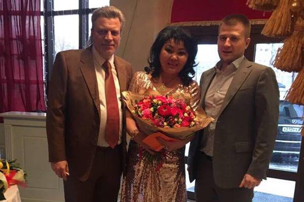 Супруг Клары Кузденбаевой (слева) не отходил от любимой ни на минуту