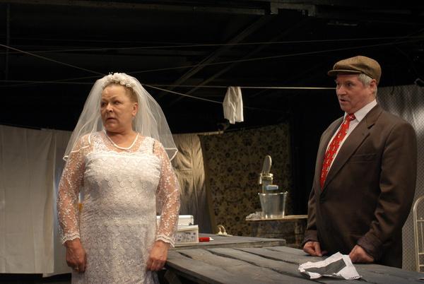 Во второй раз актриса смогла примерить свадебное платье только на сцене театра