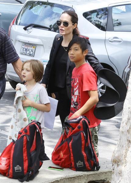 Анджелина много времени проводит с детьми