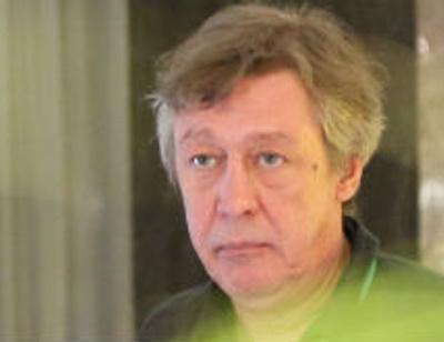 Михаил Ефремов устроил забег по отелю в халате. ВИДЕО