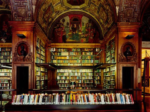 Интерьеры библиотеки клуба по вторяют библиотеку Ватикана