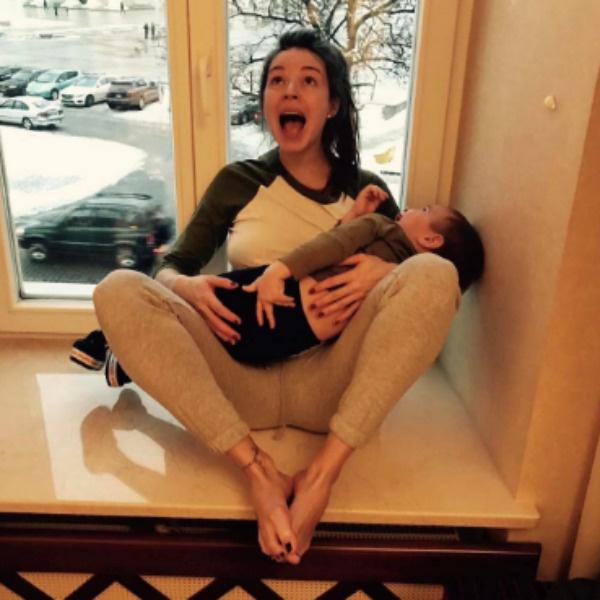 Артистка никак не комментирует вопросы о втором ребенке