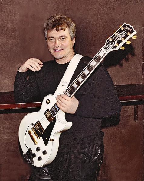 Дмитрий играет не только на гитаре, но и на банджо и барабанах