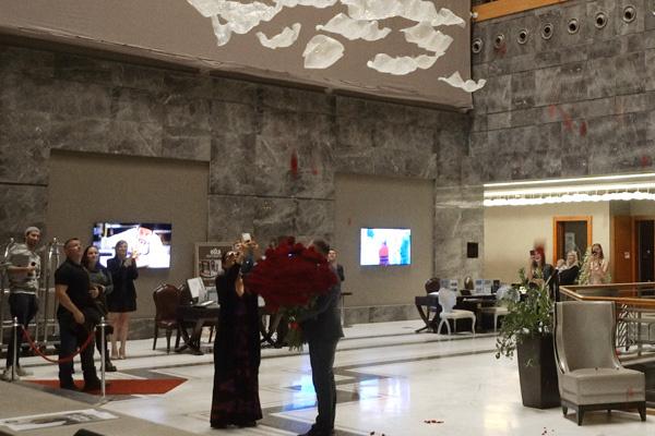 Певице подарили букет из 101 розы