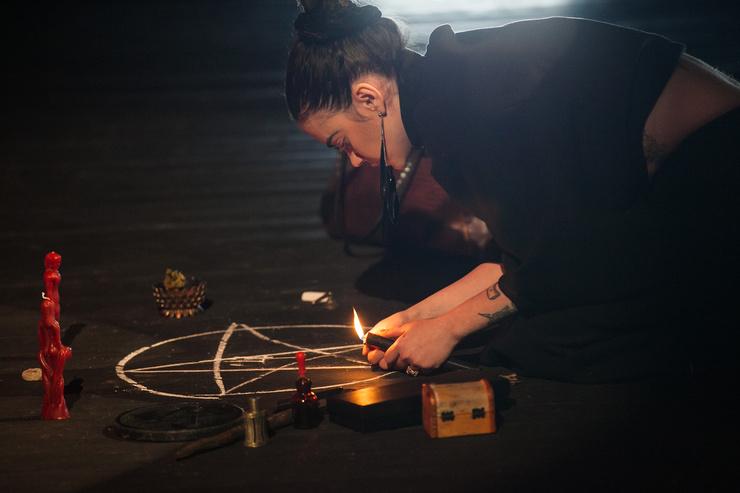 Ирина Игнатенко работает с темной магией