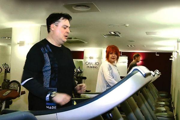 В спортзале они стараются прийти в форму. Вместе