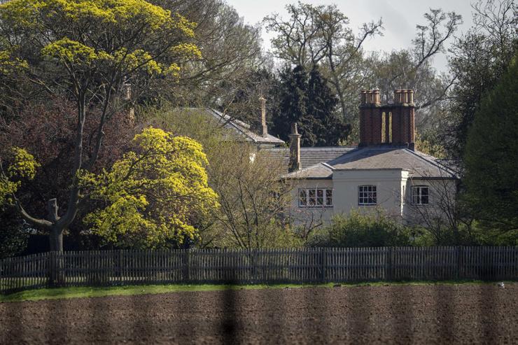 Фрогмор-коттедж, в котором живут супруги, расположен неподалеку от Лондона