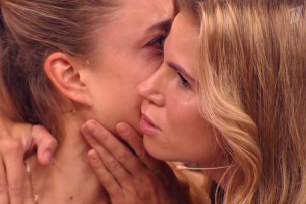 Ольга успокаивает Владу в напряженный момент передачи