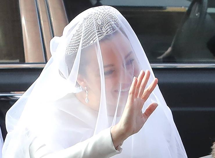 Голову невесты венчает роскошная диадема