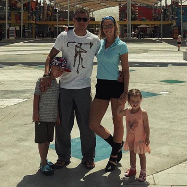 Павел Прилучный с семьей