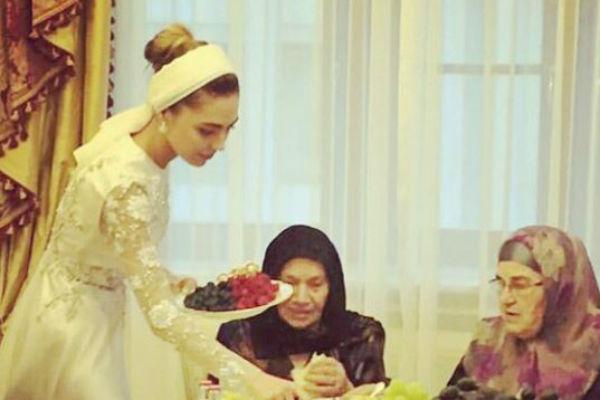 Невеста лично угощала родственников