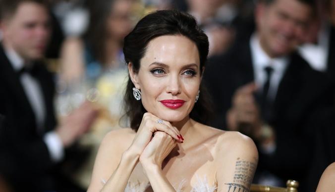 «Стараюсь не плакать»: Анджелина Джоли проводила сына в университет