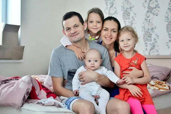 Одна из первых фотографий всей семьи в новой квартире