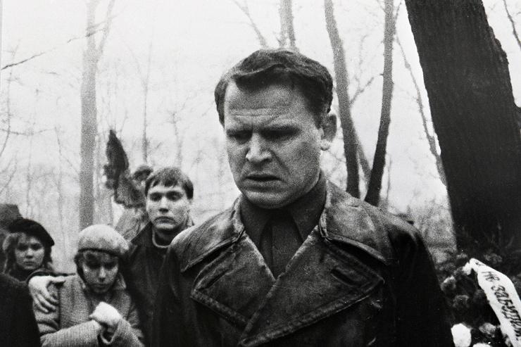 Изначально роль директора дали Сергею Шакурову, но ему не понравился несерьезный подход режиссера к выбору военной формы персонажей