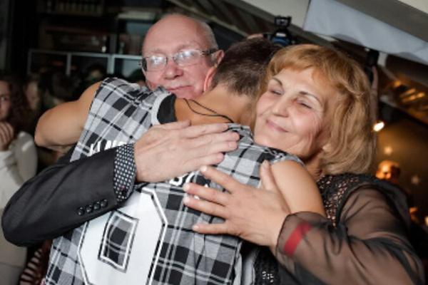 Родители поддерживают звездного сына