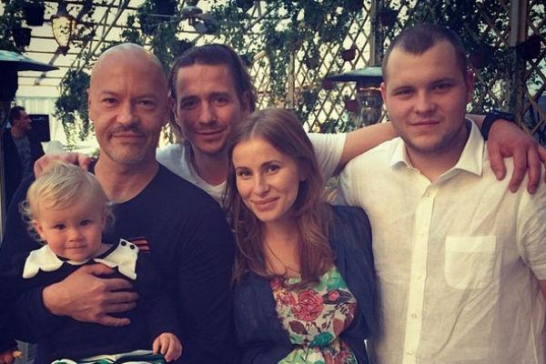 Режиссер часто проводит время с семьей сына Сергея ( крайний справа)