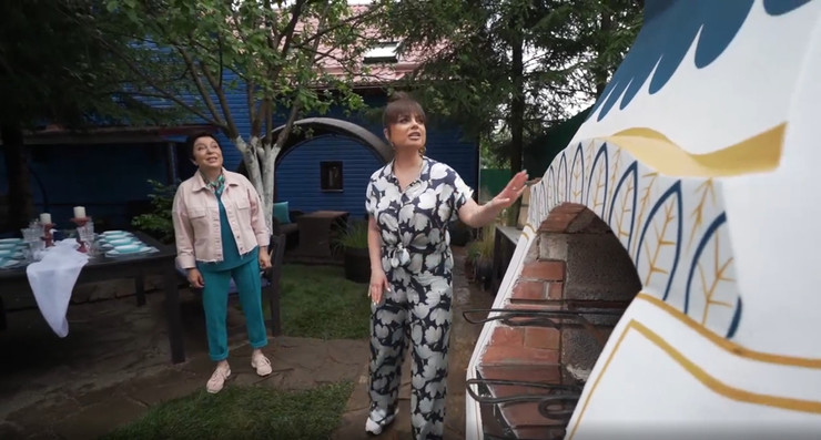 Во дворе дома теперь стоит настоящая печка-мазанка