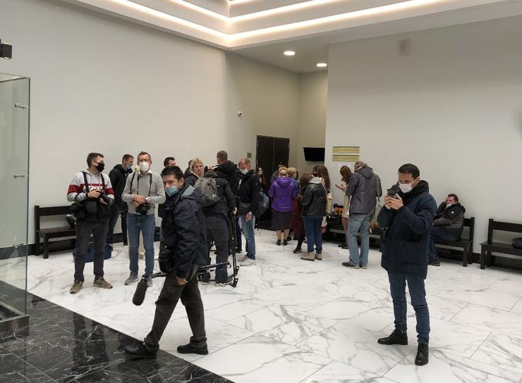 Десятки журналистов собрались в зале суда
