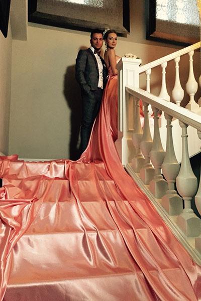 Подол платья изящно «разливался» по мраморным ступеням