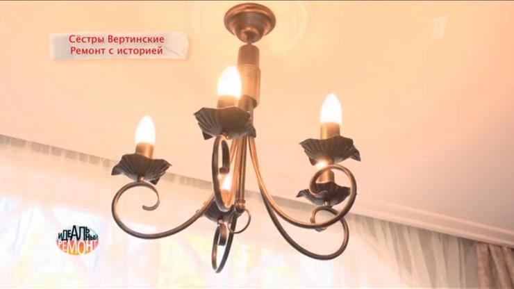 В гостиной очень много освещения
