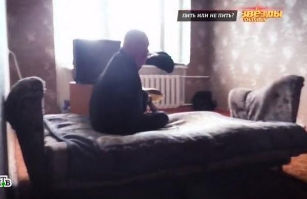 Валерий Магдьяш живет и спит на старом диване