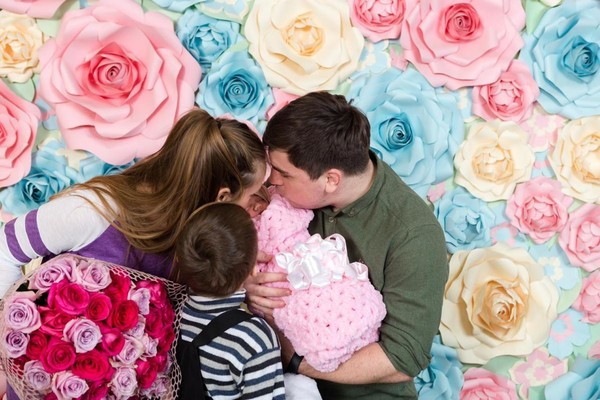 Семья радуется рождению дочери