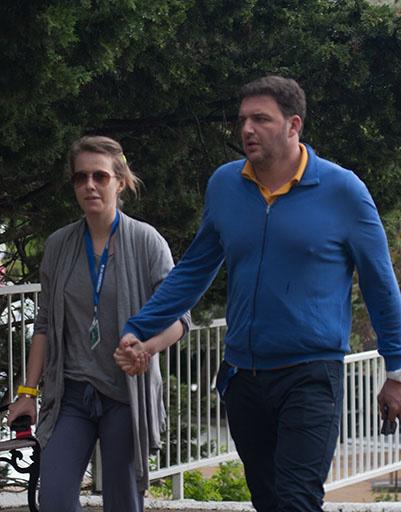 Супруги все время держатся за руки. На конкурсные показы они ходят в обычной одежде