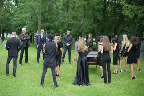 Съемочная группа воссоздала обстановку настоящего кладбища