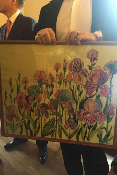 Холст с изображением цветов, который создали учащиеся Пермской школы-интерната для детей с нарушением зрения.