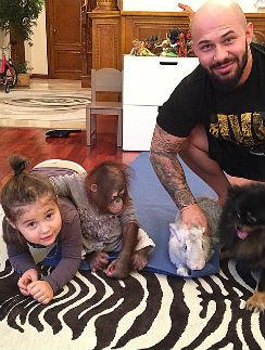 Джиган с дочерью Ариелой и домашними питомцами