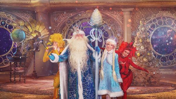 В шоу зрителю предстоит узнать тайну появления на Земле Деда Мороза и Снегурочки