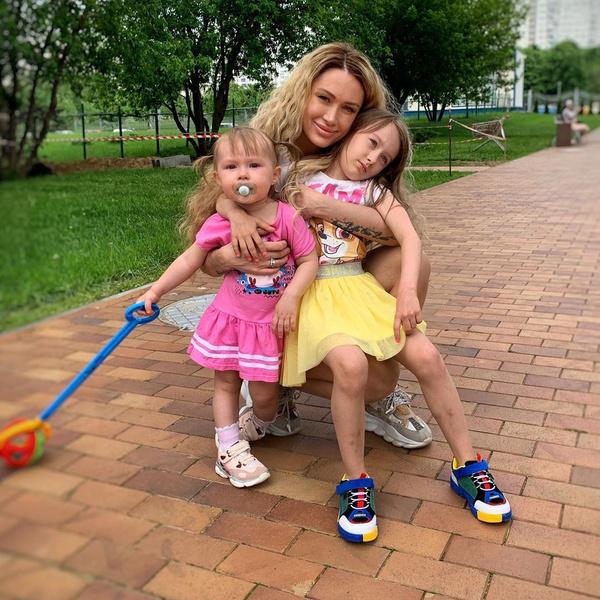 Алена Ашмаринс со старшими дочерьми