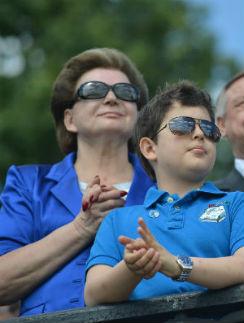 Валентина Терешкова с младшим внуком Андреем на праздновании в Ярославле. Июнь, 2013 год