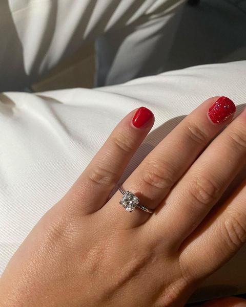 Софья показала кольцо с бриллиантом